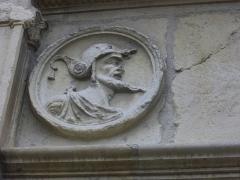 Hôtel Le Vergeur - Français:   Musée-hôtel Le Vergeur à Reims (Marne, France), vu depuis la cour intérieure. Médaillon, homme de profil