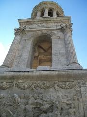 Mausolée dit Tombeau des Jules - This building is classé au titre des monuments historiques de la France. It is indexed in the base Mérimée, a database of architectural heritage maintained by the French Ministry of Culture,under the reference PA00081449 .