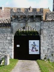 Château de Gageac - Français:   Le portail du mur sud de l\'enceinte du château de Gageac, Gageac-et-Rouillac, Dordogne, France.