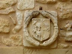 Château de Monsec - Français:   Armoiries de mariage (à gauche la famille de Touchebœuf) au-dessus d\'une porte dans la cour du château de Monsec, Mouzens, Dordogne, France.