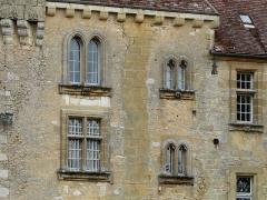 Château de Monsec - Fenêtres de la façade ouest du château de Monsec, Mouzens, Dordogne, France.