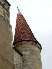 Château de Monsec - Le toit penché de la tourelle nord-est du château de Monsec, Mouzens, Dordogne, France.