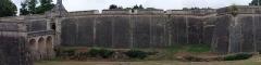 Citadelle de Blaye - Français:   Fortifications de la porte Dauphine de la citadelle de Blaye (Gironde, France). Citadelle construite par Vauban au XVIIe siècle à partir de l\'ancienne place forte notamment pour verrouiller l\'accès de la Gironde, voie maritime importante. Voir aussi autre cliché.