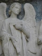 Cathédrale Saint-André - Portail royal de la cathédrale Saint-André de Bordeaux (33). Tympan. 1er registre. Ange à la Croix.