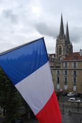Cathédrale Notre-Dame - La cathédrale de Bayonne depuis le Château-Vieux, avec le drapeau français au premier plan.