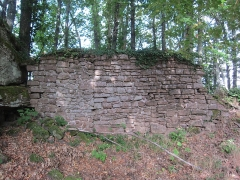 Ruines du château de Lutzelbourg - English: part of the outer enclosing wall west of the castle ditch