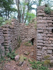 Ruines du château de Lutzelbourg - English: remain of the rectangular half tower in the enclosing wall in the north of the castle area