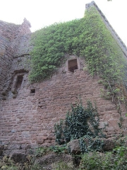 Ruines du château de Lutzelbourg - English: northeastern corner of the mantlet wall