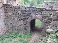 Ruines du château de Rathsamhausen - English: bridge over the circular ditch in the south of the castle area