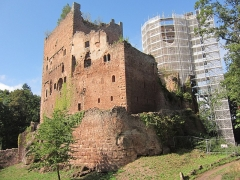 Ruines du château de Rathsamhausen - English: the castle's southeastern corner, the keep was being renovated