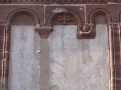 Eglise -  Alsace, Bas-Rhin, Willgottheim, Église Saint-Maurice (PA00085236, IA67001050): Reliefs romans sur le clocher: atlante et croix avec deux boutons (soleil et lune?).