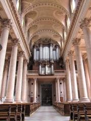 Abbaye - Français:   Alsace, Haut-Rhin, Église abbatiale Notre-Dame de Guebwiller (1768-1785), place Jeanne-d\'Arc (PA00085438, IA00054832). Vue intérieure de la nef vers la tribune d\'orgue.