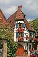 Tour dite des Sorcières dans le jardin de l'Hôtel Chambord - Deutsch: Fachwerkgebäude in der historischen Altstadt von Kaysersberg (Département Haut-Rhin - Elsass).