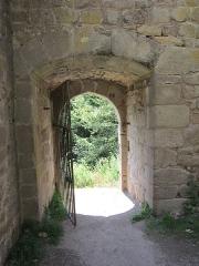 Ruines du château de Hagueneck - English: entrance in the southeastern castle wall