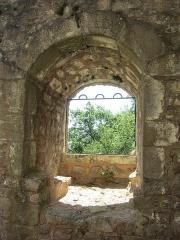 Ruines du château de Hagueneck - English: seating niche in the southeastern castle wall
