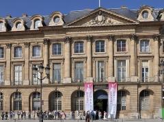 Ancien hôtel de Bourvallais, actuellement ministère de la Justice - English: Exterior facade of the Hôtel de Bourvallais located at 13 place Vendôme in Paris 1st arrondissement in France. The building currently houses the French Ministry of Justice.