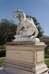Palais du Louvre et jardin des Tuileries -  Une statue dans le jardin des Tuileries à Paris. Etienne Jules Ramay - Thésée combattant le Minotaure.