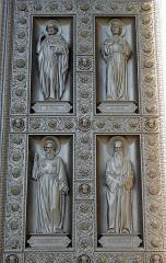 Eglise Saint-Vincent-de-Paul - Français:   Le Christ et les Apôtres. Porte centrale de la façade principale de l\'église Saint-Vincent-de-Paul de Paris (75010).