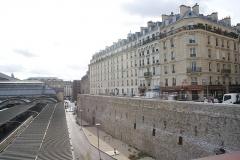 Gare de l'Est - Français:   Vue de la Rue d\'Alsace et des quais de la gare de l\'Est depuis le Jardin Marielle-Franco.