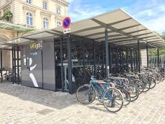 Gare de l'Est - Français:   Consigne Véligo sur le parvis de la Gare de l\'Est à Paris
