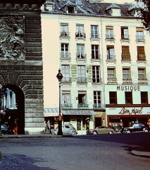 Porte Saint-Martin - English:   This is a cropped version of a photo my father took in 1955 of Porte Saint-Martin. Leon Agel\'s music shop is on the right side of the photo.