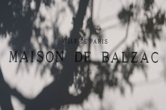 Pavillon de Balzac, actuellement musée - Inscription devant le portail historique de la Maison de Balzac, 47 rue Raynouard (Paris, 16e).
