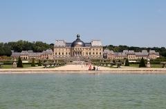 Château de Vaux-le-Vicomte - Français:   Bassin du rond d'eau et  château de  Vaux-le-Vicomte -  Maincy (Seine-et-Marne, France).