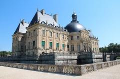 Château de Vaux-le-Vicomte - Douves, terrasses et côté sud-ouest du château de  Vaux-le-Vicomte -  Maincy (Seine-et-Marne, France).