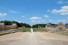 Château de Vaux-le-Vicomte - Français:   Cour d'honneur, cour des Bornes, anciennes grandes écuries, basse-cour,  ferme, communs et grille de clôture du château de  Vaux-le-Vicomte -  Maincy (Seine-et-Marne, France).