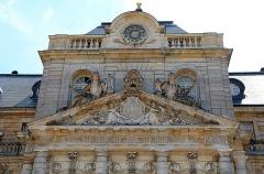 Château de Vaux-le-Vicomte - Français:   Fronton de la porte d'entrée de la façade nord du château de Vaux-le-Vicomte - Maincy (Seine-et-Marne, France).