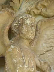 Eglise Saint-Eliphe - Ange gauche du tympan du portail méridional de l'église Saint-Éliphe à Rampillon (77).