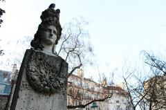 Fontaine du Marché-aux-Carmes -  Monnaie / Square Gabriel Pierné Marché-aux-Carmes Fontain Alexandre-Évariste Fragonard 1830  It was installed here in 1930.