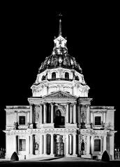 Hôtel des Invalides -  Les Invalides prises de nuit puis converties en noir et blanc.
