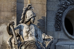 Hôtel des Invalides -  Détail de la statue de Mars à l'entrée nord del'hôtel des Invalides à Paris.