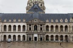 Hôtel des Invalides -  La cours d'honneur des Invalides avec à gauche la façade, plus claire, ayant été nettoyée par sablage.