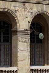 Hôtel des Invalides -  Un cadran solaire accroché sur un mur dans la cour d'honneur des Invalides.