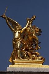 Pont Alexandre III - Français:   Pierre Granet (Français, 1842-1910): Pégase tenu par La Renommée du commerce ou La Renommée au combat, 1897/1900, bronze doré, pilier sud-est (amont, rive gauche) du Pont Alexandre-III, Paris, France.