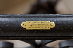Petit Palais, actuellement musée des Beaux-Arts de la Ville de Paris - Plaque de l'entreprise Taillandier Boyer & Cie, serruriers constructeurs, 131 rue Damrémont, Paris sur l'ecalier du pavillon nord du Petit Palais, Paris, France.