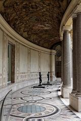 Petit Palais, actuellement musée des Beaux-Arts de la Ville de Paris -  Vue du péristyle dans le jardin du Petit Palais..