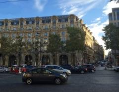 Immeuble, actuellement immeuble du Crédit Commercial de France - Deutsch:   Typische Bebauung der Avenue des Champs-Élysées