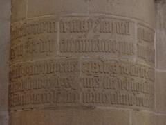 Eglise Saint-Malo - Français:   Inscription gothique d\'un des piliers de l\'église Saint-Malo de Dinan (22).