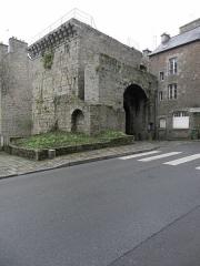 Remparts, tours et portes de la ville - Revers de la Porte Saint-Louis de l'enceinte médiévale de Dinan (22).