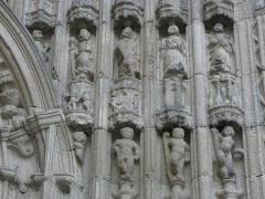 Eglise Notre-Dame du Bon-Secours - Statuettes d'apôtres, dont Pierre, Paul et André. Ébrasement droit du portail occidental de la basilique Notre-Dame-de-Bon-Secours de Guingamp (22).