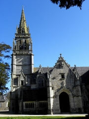 Eglise Notre-Dame - Tour-clocher, ossuaire et porche sud de l'église N.D. de Kergrist-Moëlou (22).