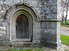 Chapelle de Kermaria-an'Isquit - Français:   Chapelle de Kermaria-an-Isquit, commune de Plouha (22). Porte du croisillon sud.