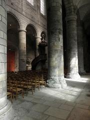 Cathédrale Saint-Etienne - Vue de la nef principale de la cathédrale Saint-Étienne de Saint-Brieuc (22) du collatéral sud.