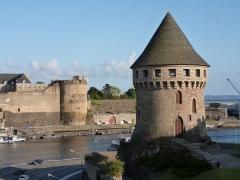 Château, actuellement préfecture maritime -  Le château de Brest vu depuis le pont de Recouvrance.