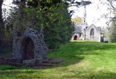 Chapelle Saint-Vennec - Deutsch:   Briec (Bretagne, Finistère) Kapelle Saint-Vennec, dazugehöriger Brunnen.