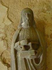 Eglise Sainte-Nonne et Saint-Divy - Saint-Matthieu. Porche des apôtres de l'église Sainte-Nonne de Dirinon (29).