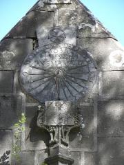 Eglise Notre-Dame de Rumengol - Français:   Cadran solaire au pignon porche sud de l\'église Notre-Dame-de-Rumengol au Faou (29).